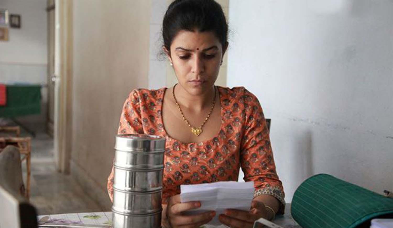 ایلا زن خانه دار محکمی است که سیمای زن سنتی همیشه دیده شده در فیلمهای هندی را میشکند. زنی که همیشه قرار است فقط مادر و همسری مطیع باشد و همیشه در سایهی یک نیروی قوی تر همچون نیروی مردانه زندگی کند و به هر قیمتی در خدمت آرامش و تحکیم بنیان خانواده باشد.