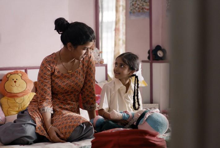 در فیلم The Lunch Box باترا که رد پای تأثیرپذیری از سینمای گورودوت سینماگر فقید هندی در آن دیده میشود، زنان به رغم تجملهای ظاهریشان، زنهائی پرورانده و بخشنده هستند که زندگی مردان را انسانی میکنند، آرمان هایشان را بر میانگیزند و مورد تصدیق قرار میدهند.