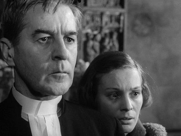 در فیلم نور زمستانی علاوه بر گذشتهی مذهبی برگمان به آخرین ارتباط پایدار او با همسرش اینگرید نیز پرداخته میشود و این شناسنامهی اتوبیوگرافیک در ساختار فرمیک اثر نیز نفوذ کرده است.