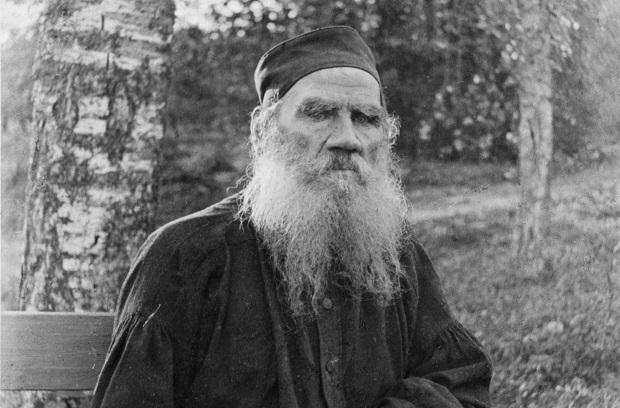 تولستوی در سن ۷۳ سالگی به علت انتشار رمان رستاخیز از سمت کلیسای ارتدوکس مرتد اعلام شد. او در عین حال که شخصیتی مذهبی داشت، با کلیسای ارتدوکس مخالف بود و خود ترجمهی جدیدی از انجیل داشت.