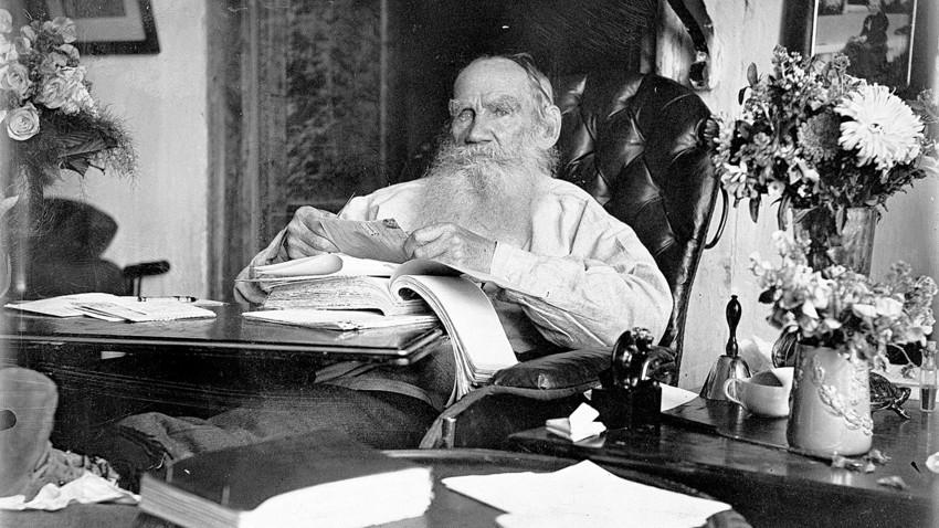 آنتوان چخوف در نامهای به مورخ ۲۸ ژانویه ۱۸۸۹ مینویسد:«در طول زندگیام برای هیچ کس به اندازهی تولستوی احترامی این گونه عمیق و شاید این همه افراطی قایل نبودهام.»