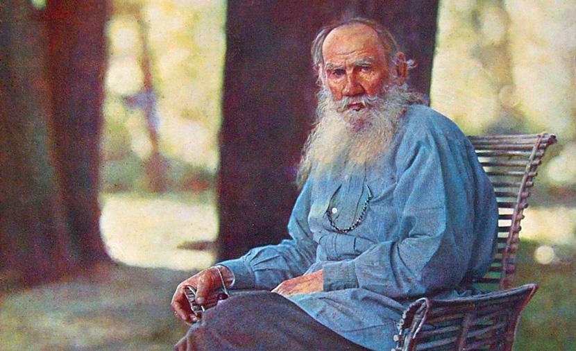 تولستوی در سن ۷۳ سالگی به علت انتشار رمان رستاخیز از سمت کلیسای ارتدوکس مرتد اعلام شد.