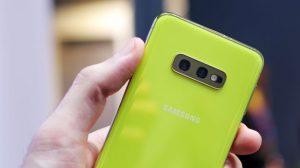 نمای پشتی از دوربین های Galaxy S10e