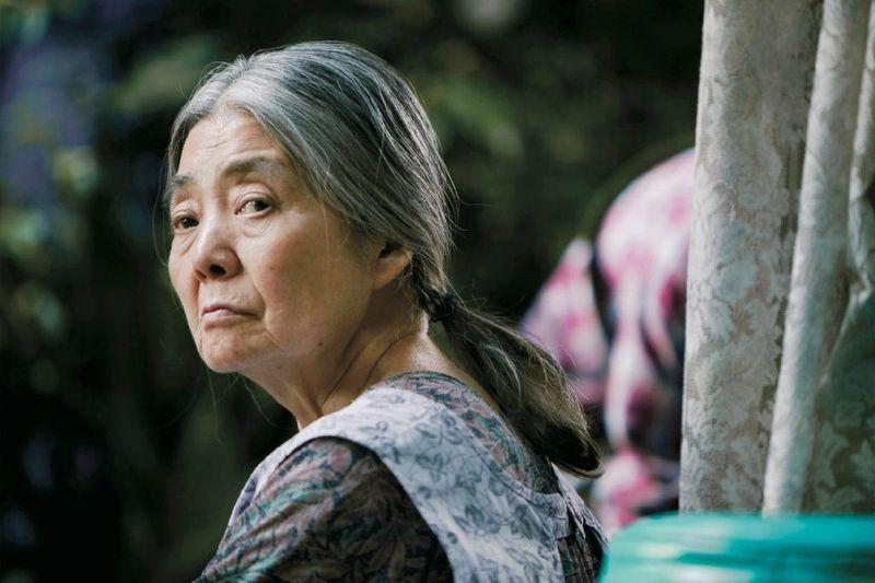 مادربزرگ Shoplifters با بازی کی کی کیلین (خانم تاچیبانای آشنای سریال هانیکو)