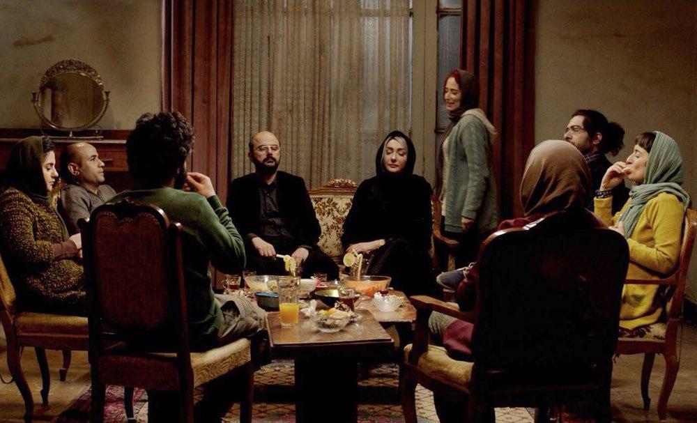 شخصیتهای فیلم گرگ بازی که همگی گروهی تئاتری را تشکیل میدهند هر روز دور هم جمع میشوند و قصد دارند بازی مافیا را به یک اجرای تئاتر تبدیل کنند.