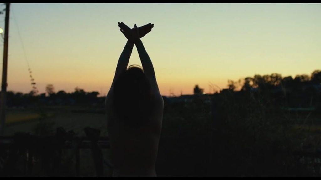 از مشاهدات هائهمی در غروب در آفریقا تا رقص برهنه وی در غروب لاجوردیِ کنار مزرعه هنگامی که دوربین هم مرز واقعیت و خیال را در هم میشکند همگی گواه بر آن است که با چه دیدی باید به فیلم نگریست.