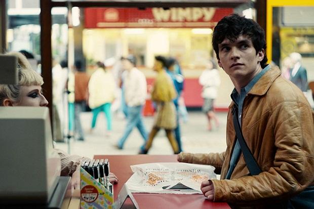 در فیلم Black Mirror: Bandersnatch که داستان فیلم دربارهی پسری به اسم استفن باتلر با بازی فیون وایتهد Fionn Whitehead بازیگر فیلم دانکرک است
