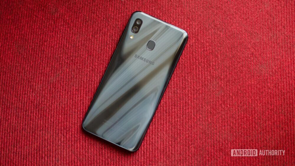 طراحی قاب پشتی A30 زیباتر از M30 بوده و این گوشی در نگاه اول گران قیمت تر به نظر میرسد