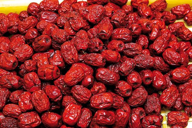نوع خشک شده عناب را به خرما تشبیه میکنند که خاصیت تغذیهای زیادی دارد