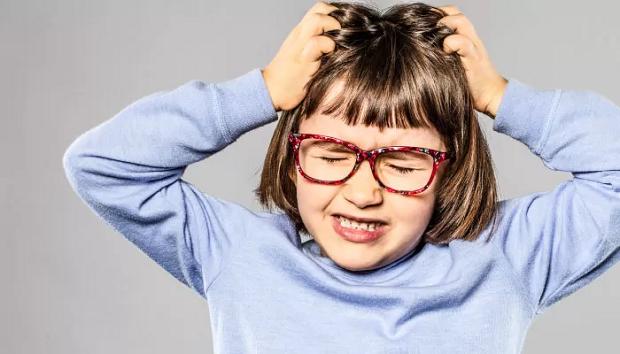 خارش و تحریک بیش از حد که میتوان به عفونت سر نیز منجر شود نخستین علامت حضور شپش سر است
