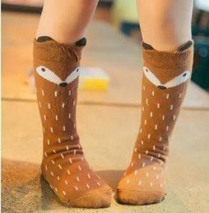 با جورابهای زیر زانو یک استایل بهاره و پاییزهی زیبا برای کودکتان بسازید.