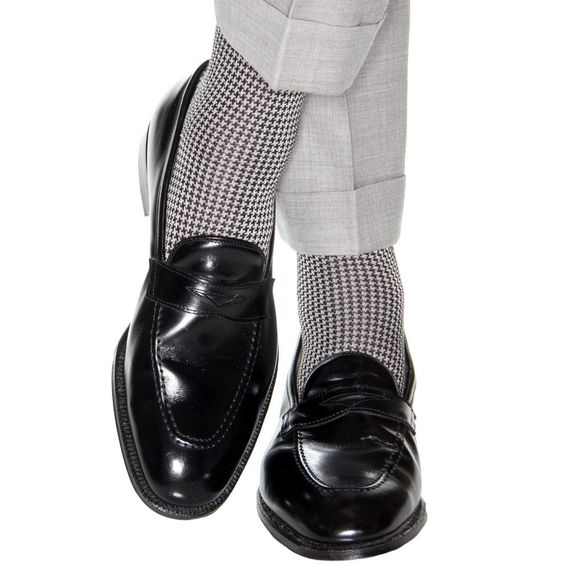 رنگ جوراب با شلوار ست میشود و نه با کفشتان.