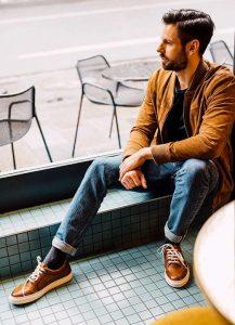 زمانی که نمیدانید جوراب چه رنگی بپوشید، بهتر است رنگهای تیره را انتخاب کنید.