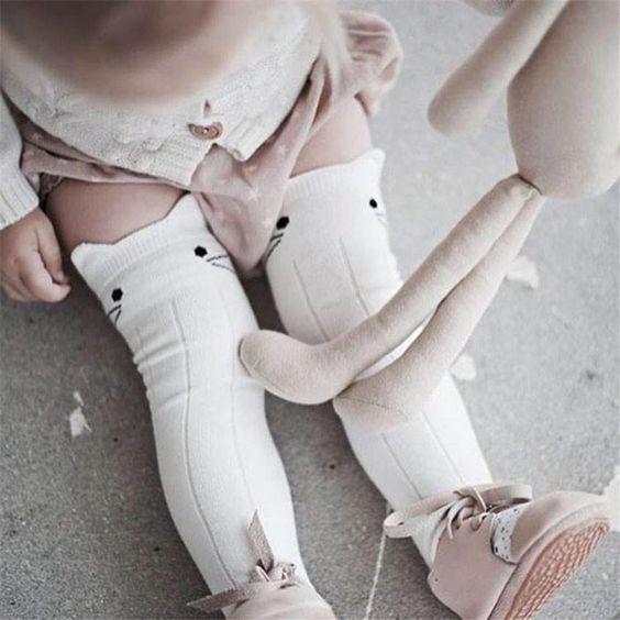 جوراب بالای زانو برای کودکان نوپا ظاهری زیبا و خاص میسازد.