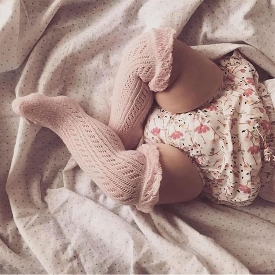 نوزادان دختر میتوانند به همراه شورتهای کوتاهشان جورابهای بالای زانوی بچگانه را امتحان کنند.