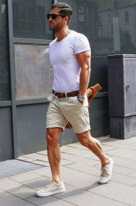 آقایان توجه داشته باشند که حین پوشیدن شلوارک ابدا نباید جوراب شما نمایان باشد.