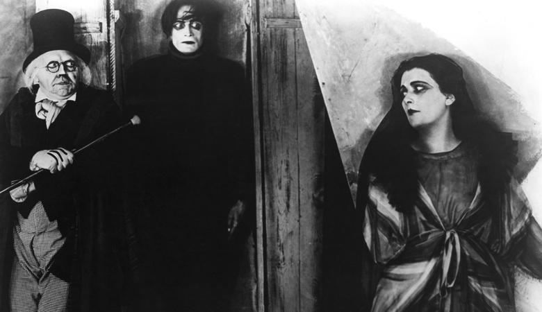 فیلم The Cabinet of Dr. Caligari همانند داستانی که تعریف میکند محتوای مرموزی نیز دارد. اکسپرسیونیست در سینما که یکی از بهترین استفاده هایش در این این فیلم انجام شده است، کارکردی متنوع دارد.