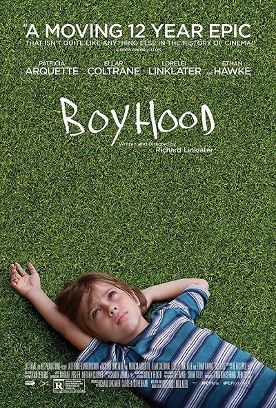 پوستر فیلم پسر بچگی / آغاز فیلم Boyhood با نمایی از یک پسر بچه است که بر روی چمنها دراز کشیده است و به آسمان خیره شده است.