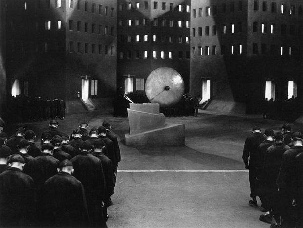 فیلم Metropolis با یک نما از متروپولیس سال ۲۰۲۶ آغاز میشود. جایی که در شهری پر زرق و برق، انسانهایی مفرح، سرخوش از دارایی و خوشی روزگار میگذرانند.