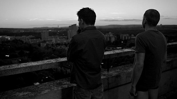 کارگردان Stephan Lacant بر خلاف فیلمهای دیگری که در این ژانر ساخته میشود، رابطه همجنسگرایانه را فقط به رابطه جنسی تقلیل نداده و جنبه عاطفی آن را نیز نظاره گر بوده است.