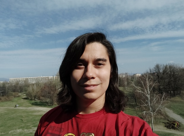 Selfies, harsh light: Mi 9 - f/2.0, ISO 103, 1/4892s