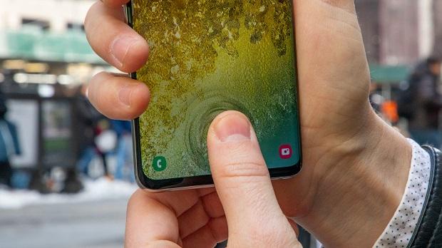 سنسور اثر انگشت درون صفحهای اولتراسونیک در زیر صفحه نمایش شیشهای این گوشی که با جدیدترین نسل از محافظهای گوریلا گلس همراه شده است،