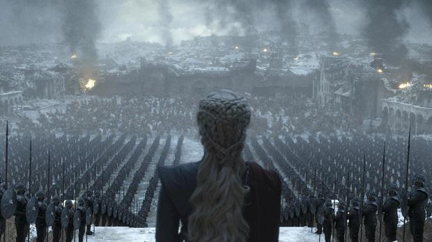 صحنههایی همراه با ایدئولوژی فاشیستی و دیکتاتور مأبانهی دنریس تارگرین در ابتدای آخرین قسمت از سریال GOT
