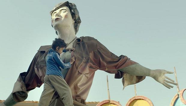 از طرفی آشنائی و معرفی زین و تایگست در سکانس جالبی در شهربازی اتفاق میافتد، وقتی زین به عریان کردن مجسمهی عظیم الجثهای مشغول است که هم شیطنت و بازیگوشی زین کوچک را نشانه میرود؛