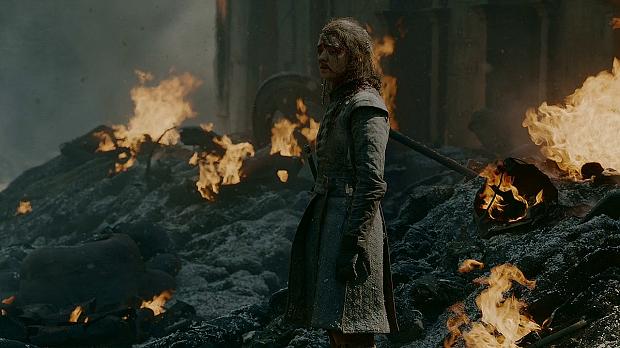 نگاه سرشار از حیرت آریا استارک در مواجه با آتش و برفی از دود که بر صروتش نقش بسته!