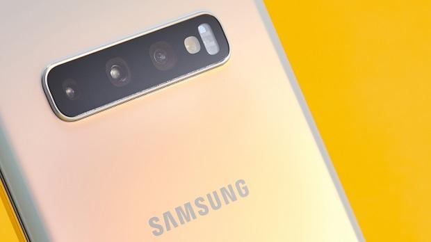 Samsung Galaxy S10 Plus اسمارت فونی است که تقریبا، همهی آن چیزی که یک کاربر تلفن همراه در سال ۲۰۱۹ میتواند تصور کند را در خود دارد! اگر توانایی خرید این دستگاه را دارید، پس برای خرید آن لحظهای شک به دل خود راه ندهید، زیرا سامسونگ با معرفی این گوشی ثابت کرد که همچنان برترین تولیدکنندهی اسمارت فونهای اندرویدی در دنیا و رقیبی سرسخت برای اپل میباشد.