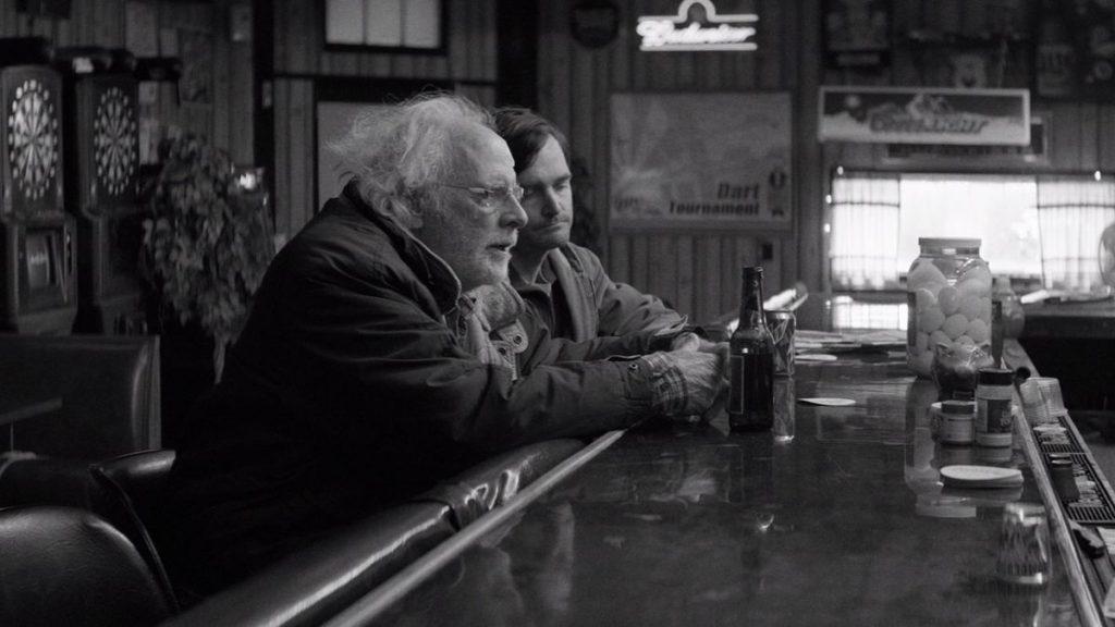 فیلم الکساندر پین چون با حسرتها و ناکامیهای گذشتهی وودی گرانت در گیر است، اتمسفر سیاه و سفید فیلم نبراسکا را توجیه میکند.