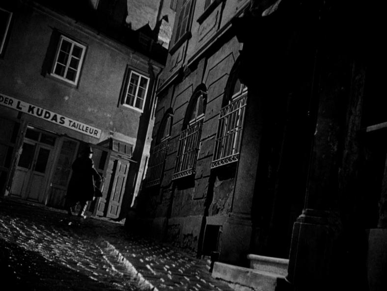 ساختاری منظم در شخصیت پردازی کاراکترها و همچنین مکان به عنوان عنصری مهم . ویَن شهری پسا جنگ که دائما در تردید و شک به سر میبرد.