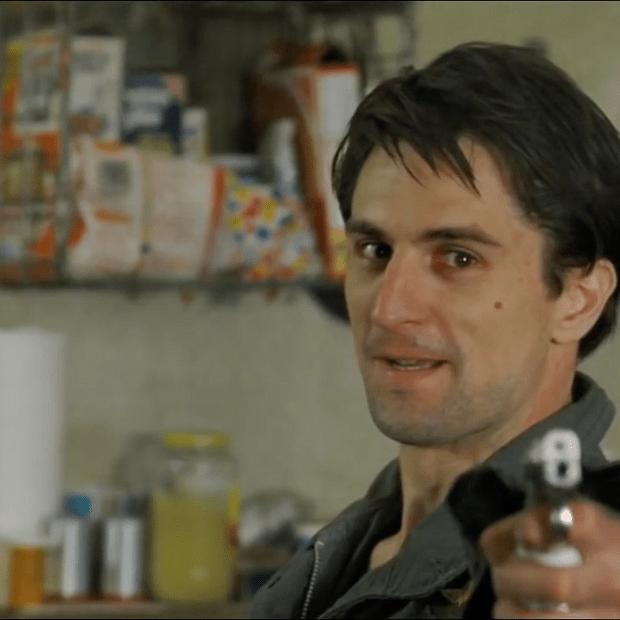 تراویس بیکل (Robert De Niro)، تفنگدار سابق نیروی دریائی، مردی از غرب میانهی نیویورک، آشفته، دچار سرکوب جنسی و مبتلا به بی خوابی است که در پی آن تصمیم میگیرد با کار کردن روی تاکسی در شیفت شب هم بی خوابیش را تسکین دهد و هم از طریق آن امرار معاش کند؛