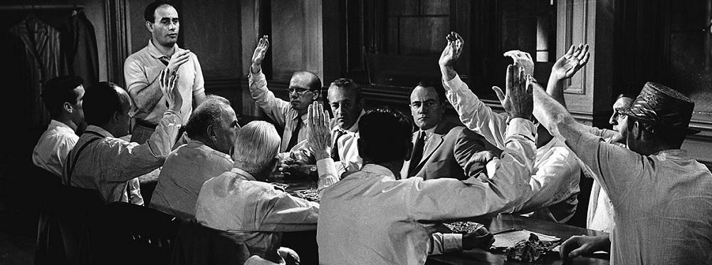 در نقد فیلم دوازده مرد خشمگین میتوان گفت این اثر به تناسب داستان و تک لوکیشن بودنش که به به جز چند صحنه، بیشتر سکانسها در اتاق ژوری میگذرد و فضای فیلم، در زمان اکران، چندان نتوانست اقبال تماشاگران را بدست بیاورد. گرچه چندین سال بعد و تا همین امروز، جزو فیلمهای درخشان سینمای جهان نام برده میشود. درست مثل هر اثر متفاوتی که تفاوتش در سالهای بعد خود را نشان میدهد.