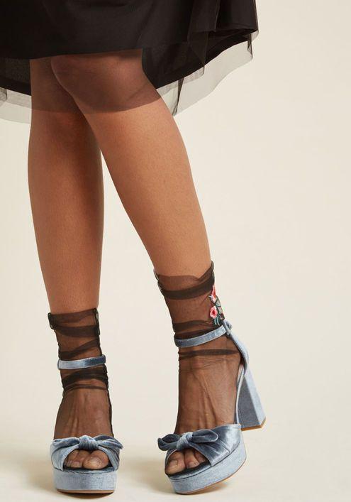 پوشیدن جورابهای توری sheer socks و مخملی velvet socks به همراه صندل این روزها مد شده است.