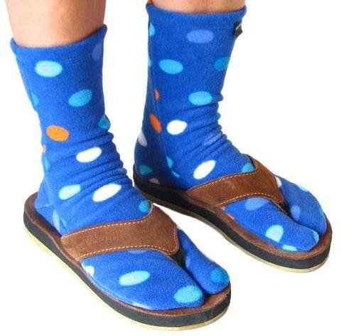 می توان جورابهای Thong و یا تابی Tabi را به همراه صندلهای انگشتی پوشید.