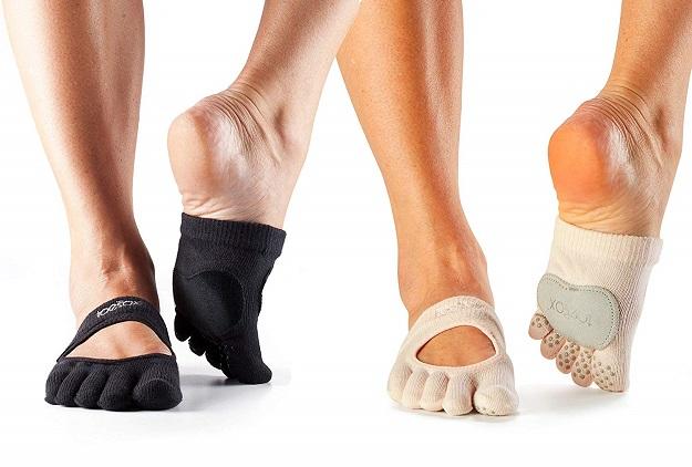 برای جلوگیری از سر خوردن پا درون کفشهای باله بهتر است بالرین از جورابهای نیم پوش استفاده کند.