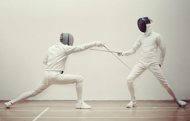 جورابهای مخصوص ورزش شمشیر بازی مانند جورابهای ورزش فوتبال بلند هستند.