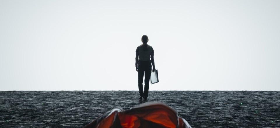 Arrival فیلمی تراژیک و ماندگار در ژانر science fiction به کارگردانی Denis Villeneuve است که از قواعد معمول این نوع ژانر در نهایت سادگی و زیبائی و به شیوهای پنهانی آشنائیزدائی میکند.
