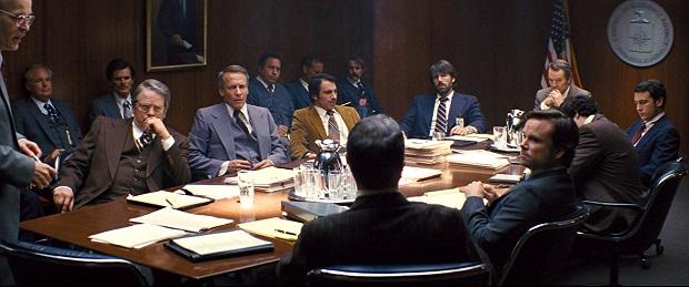 در قسمت هایی از فیلم آرگو با شوخی با ساختار سینمای هالیوود و نظام سیاسی کشور لحظاتی طنزی هم وجود دارد.