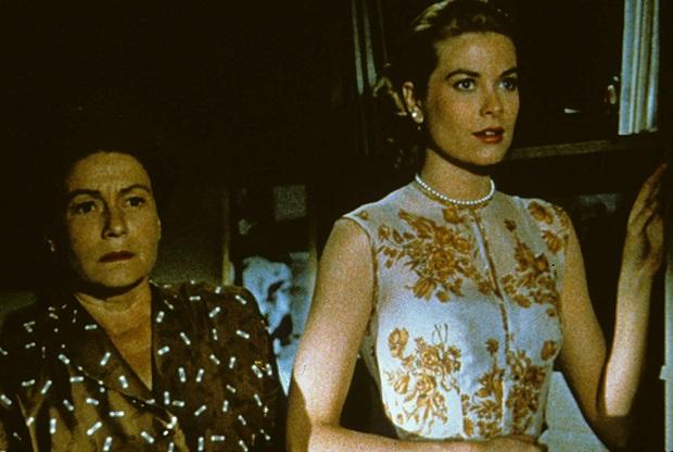 میدانیم که مفهوم لباس برای هیچکاک تا چه اندازه اهمیت دارد و در فیلم Rear Window نیز ادیت هد به عنوان یکی از زبده ترین طراح لباسهای سینما و همکار هیچکاک در بسیاری فیلمهای دیگر او، در این فیلم نیز حضور دارد و خوش درخشیده.
