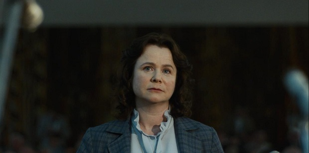 یولانا خومیوک (با بازی Emily Watson) دانشمند علوم هستهای در بلاروس