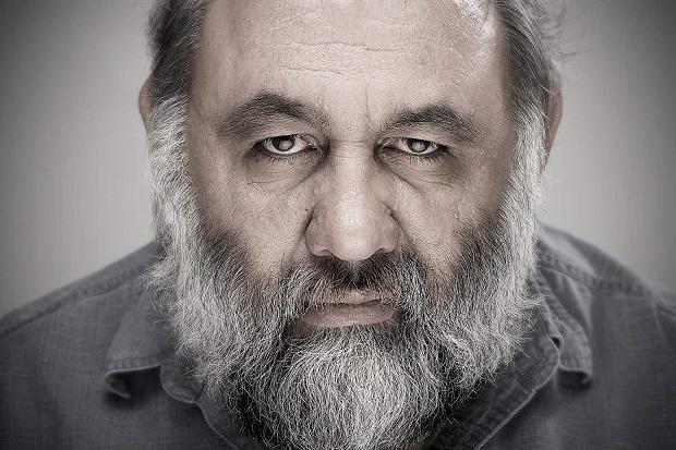 لوون هفتوان اوایل سال ۱۳۴۵ در خانوادهای ارمنی متولد شد. لوون خانکلدیان هفتوان دوران ابتدایی و راهنمایی را در مدرسهی ساهاکیان و متوسطه را در دبیرستان فیروز بهرام گذراند.