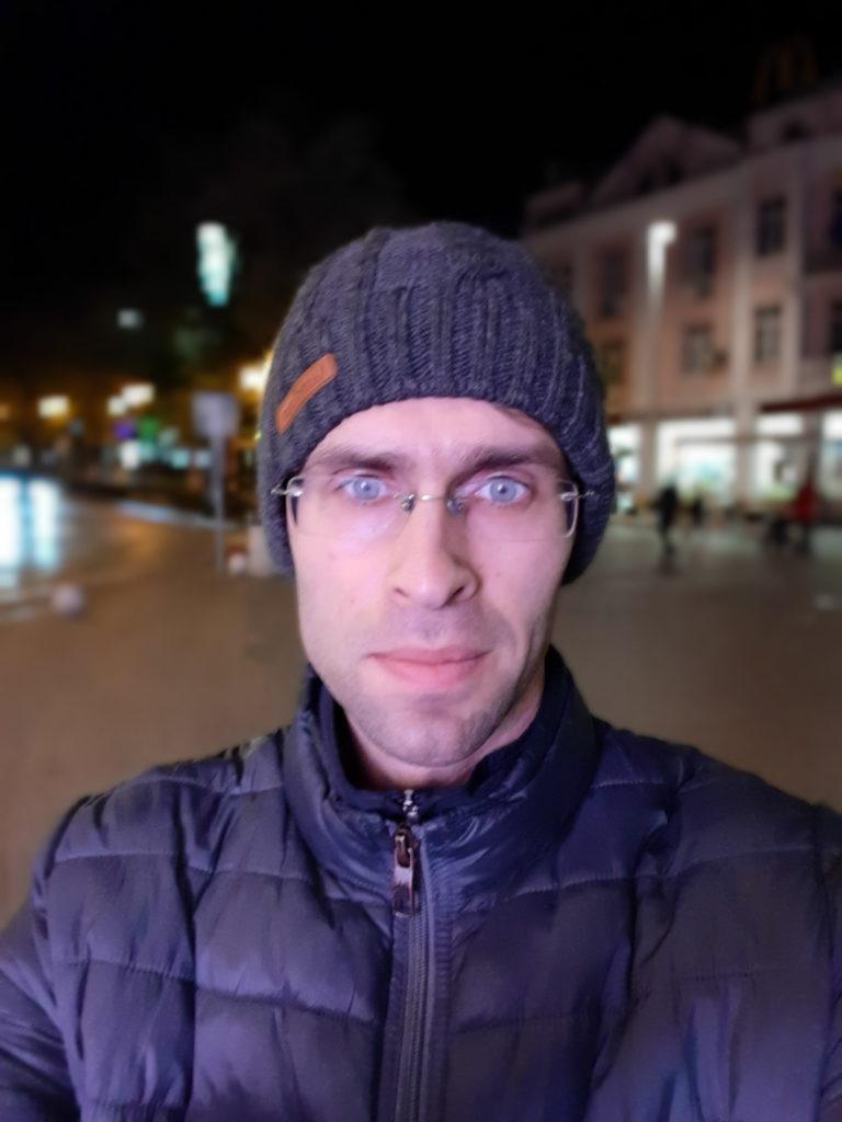 تصویر سلفی با گلکسی A30 در شب در حالت فوکوس زنده