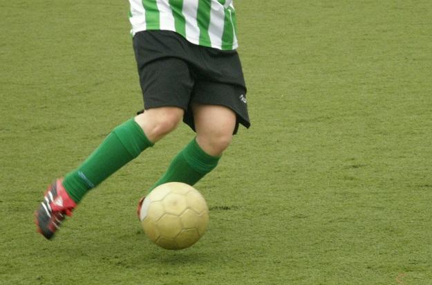 جوراب در ورزش فوتبال نقش محافظت از پاها را بر عهده دارد.