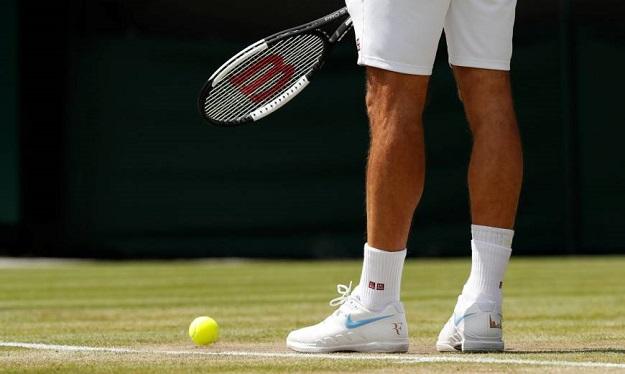 جورابهای مچ دار و با جنسی که دفع کنندهی رطوبت باشد برای ورزش تنیس پیشنهاد میشود.