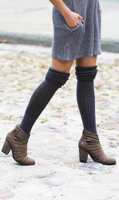 چکمههای اندازهی مچ را همراه با جورابهای تا زانو بپوشید.