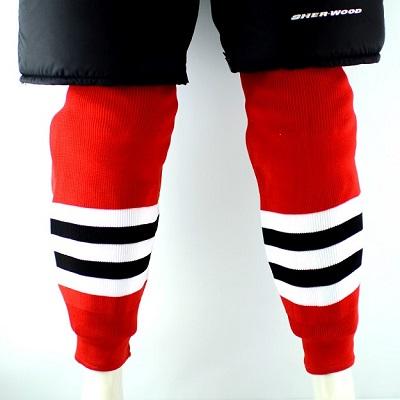 جورابهای مخصوص هاکی در قسمت ساق دارای لایهی محافظ هستند، هم چنین این جوراب هاگاهی تنها برای قسمت ساق پا به صورت جداگانه پوشیده میشوند.