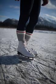 کفش برای اسکیت بر روی یخ باید در داخل پاکاملا محکم باشد. بعضی از اسکیت بازان دو جوراب به صورت هم زمان میپوشند.