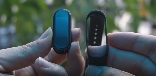 در بررسی Mi Band 4 باید گفت این دستگاه قابل جدا شدن از بند مخصوص خود برای شارژ شدن و یا تعویض بند میباشد